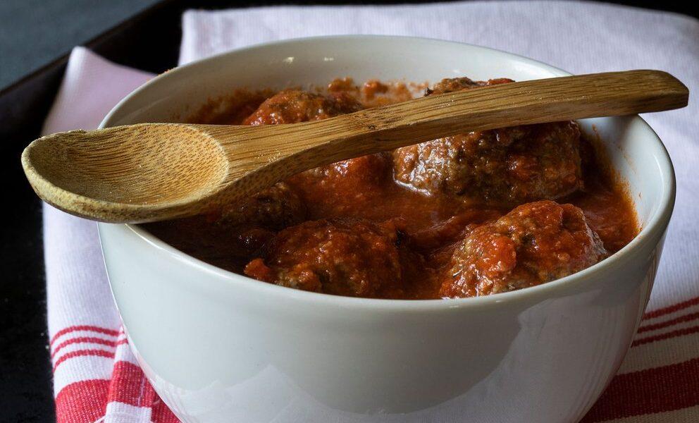 albondiga con salsa de tomate