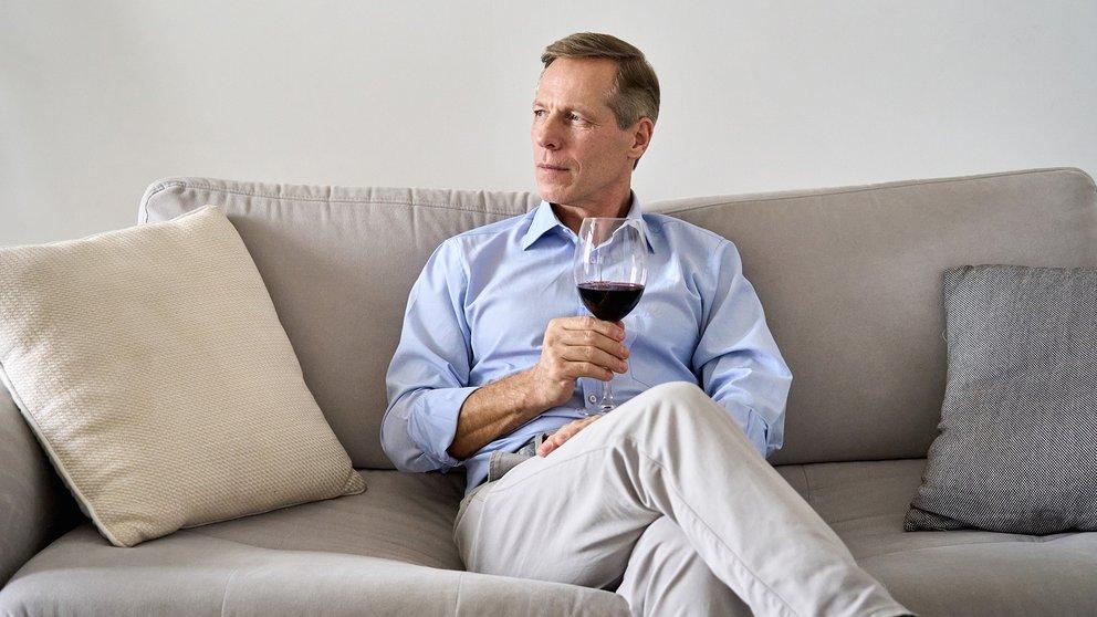 Hombre tomando vino