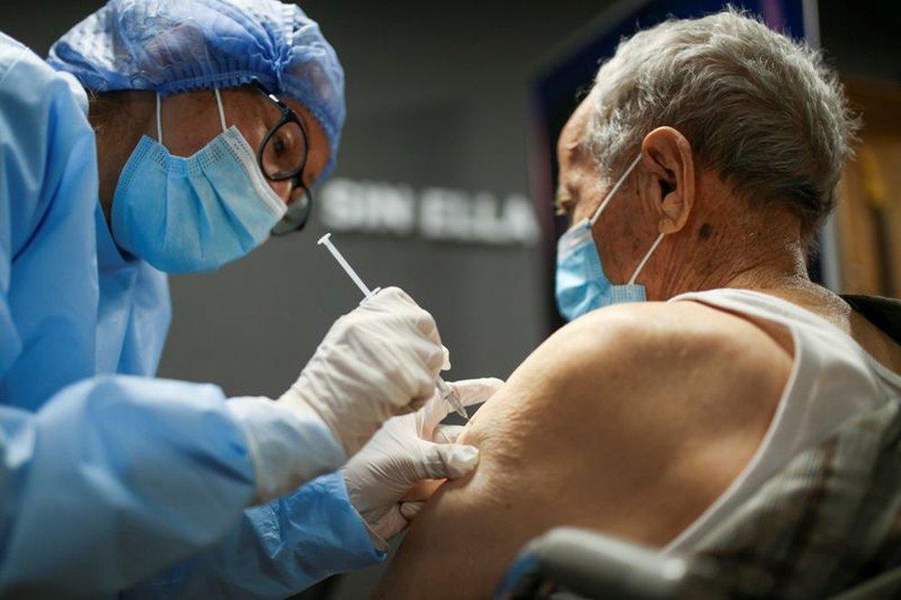 adulto mayor vacuna colombia