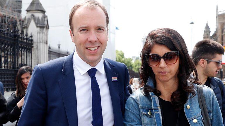Escándalo en Reino Unido: Filtraron imágenes del secretario de Salud y su  amante